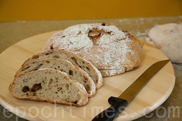 烤好的无糖免揉面包成品。(庄孟翰/大纪元)
