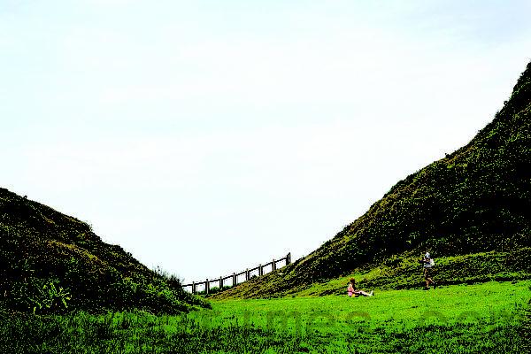 八斗子岛内绿草如茵的V型山谷--望幽谷。(庄孟翰/大纪元)