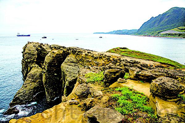 巨大的石头,宛如巨象的长鼻伸向大海汲水。(庄孟翰/大纪元)