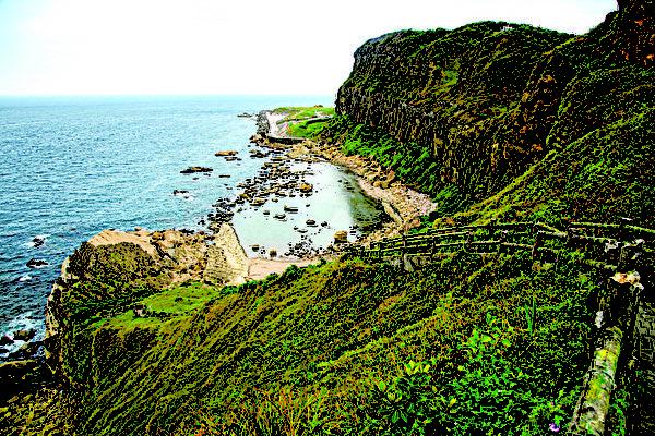 阶梯步道蜿蜒往下可抵达沿岸海边一处浅滩。(庄孟翰/大纪元)