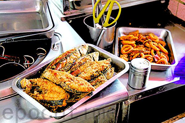 深澳渔港小吃店内,每天现捕的酥炸鱼。(庄孟翰/大纪元)