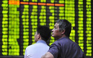 大陆股市转入熊市长达6年,市场扩容过半,市值却缩水近4万亿。资金不断被蒸发,仅今年9月份765亿元净转出,刷新了年内纪录。 图为,大陆浙江一证券交易大厅。(ChinaFotoPress/Getty Images)