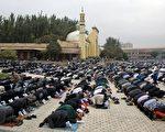 维吾尔穆斯林在新疆喀什一清真寺举行朝拜。 (法新社资料图片)