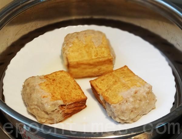 阿給蒸約15分鐘後,即可沾甜辣醬食用(攝影:彩霞/大紀元)