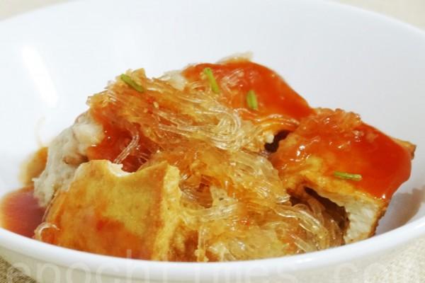 軟嫩鮮美的阿給是台灣淡水老街的平民小吃(攝影:彩霞/大紀元)