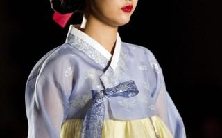 """韩国各界近日掀起了""""抢救韩服""""的运动,鼓励大众从新穿上韩服,继承并发扬韩民族特有的服饰文化。图为9月8日,韩国传统服装秀。(Luong Thai Linh / POOL / AFP)"""