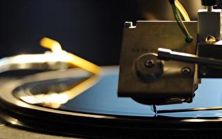 在数字下载风行的时代,仍有越来越多的英国乐迷属意复古风的黑胶唱片。(JOHANNES EISELE/AFP/Getty Images)