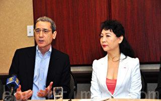 10月17日在多倫多的新聞會上,盛雪稱《全球支援中國及亞洲民主化論壇》大會招來中共猛烈攻擊;章家敦(左)稱,經濟失敗將成中共垮臺契機。(攝影:周行/大紀元)