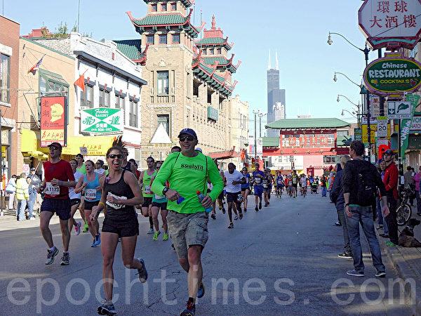 浩浩荡荡的马拉松选手队伍经过南华埠(摄影:温文清/大纪元)