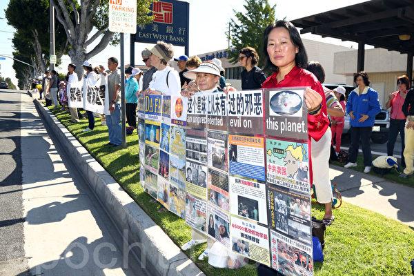 来自世界各地的法轮功学员10月18日在2013美西国际法轮大法修炼心得交流会前,到华人社区组成真相长城,向世人展示法轮功的美好,呼吁退出中共组织,解体中共,制止迫害,法办镇压法轮功的元凶。(潘在殊/大纪元)