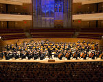 神韻交響樂團在橙縣藝術中心音樂廳的首場演出,在觀眾經久不息的掌聲中落幕。(戴兵/大紀元)