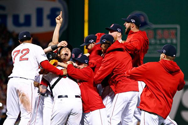 红袜暌违5个球季后再度重返世界大赛,球员欣喜若狂。(By: Jared Wickerham / Getty Images Sport)