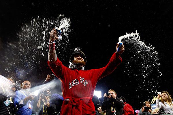 红袜球员纷纷庆祝。(By: Jared Wickerham / Getty Images Sport)
