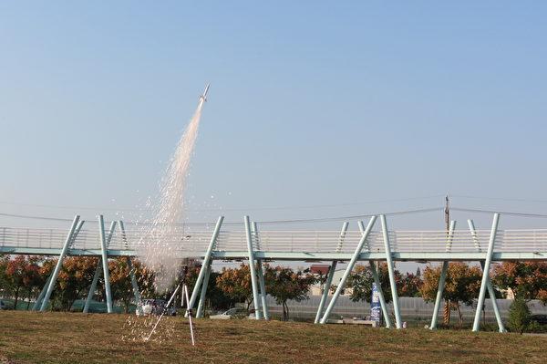 火箭升空刹那,拖曳著长长尾巴,异常壮观。 (苏泰安/大纪元)
