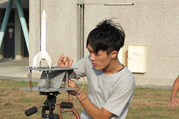 学生装置火箭点燃系统。 (苏泰安/大纪元)