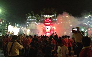 2013高雄左营万年季20日闭幕,火狮在光雕火花秀中烧化,9天来所有民众写下的心愿也跟着上达天听。(高雄市民政局提供)