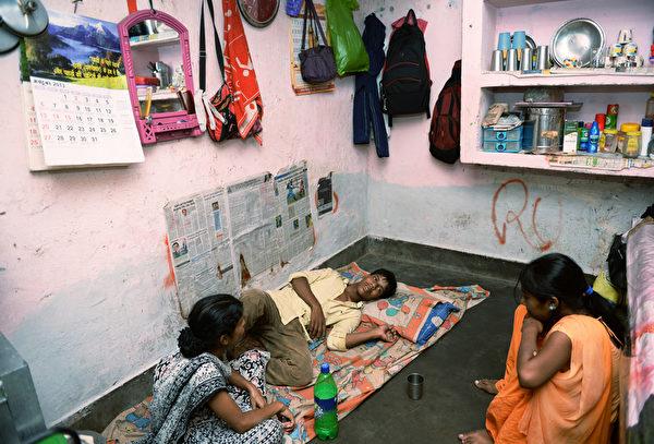 印度新德里的19岁少年阿瓦尔(Mohammad Awwal)被感染登革热后,却因为医院早已挤满和他一样为疫情所苦的人而一床难求,所以只好回家自我医疗。(摄影:MANAN VATSYAYANA/AFP)