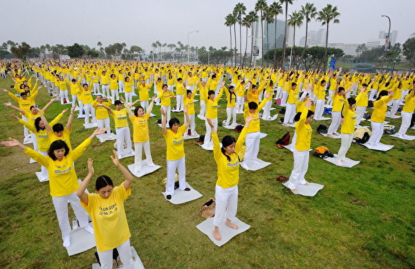 来自世界各地的二千多名法轮功学员,聚集在美国加州洛杉矶长滩的玛丽娜·格林公园草坪上集体炼功。(宋祥龙/大纪元)
