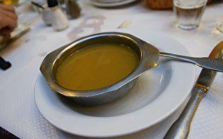 近日,在巴黎一个拥有百年历史的著名老餐厅Bouillon Chartier推出正宗靓汤,1欧元一碗!(Bouillon Chartier提供)