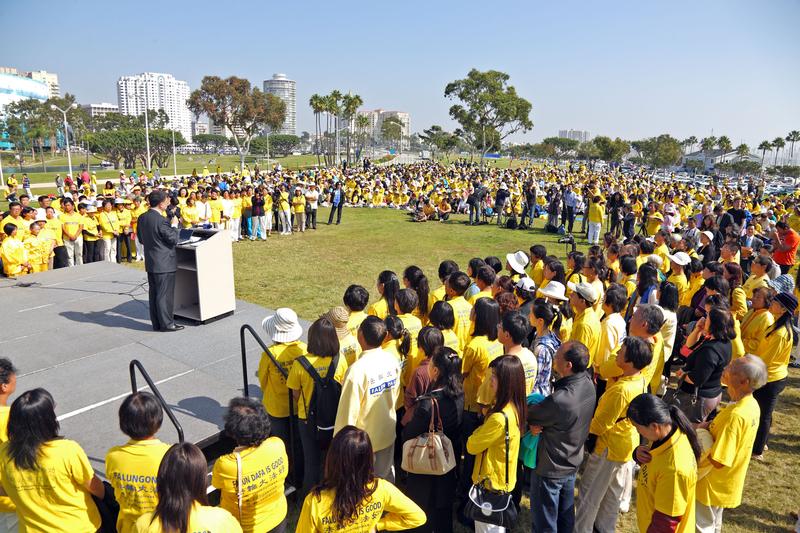 10月20日,从世界各地来参加美西法轮大法修炼交流会的近三千法轮功学员聚集在洛杉矶县长滩市(Long Beach)马瑞纳格林公园(Marina Green Park)举行集体大炼功和集会。(潘在殊/大纪元)