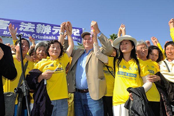 2013年10月20日,洛杉矶,集会在华裔歌手Tony Chen演唱的《自由中国》主题曲歌声中圆满结束。国会议员罗拉巴克和几十位法轮功学员高举双手加入演唱,场面感人,政要、嘉宾和很多与会者都感动落泪。(宋祥龙/大纪元)
