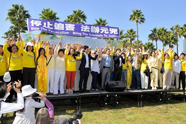 2013年10月20日,洛杉矶,集会在华裔歌手Tony Chen演唱的《自由中国》主题曲歌声中圆满结束。(宋祥龙/大纪元)