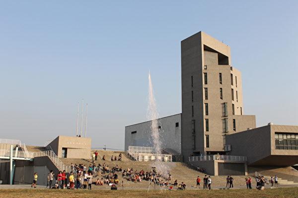火箭在电子点燃系统下一一施放,让在场观众看得目瞪口呆,大开眼界。(苏泰安/大纪元)