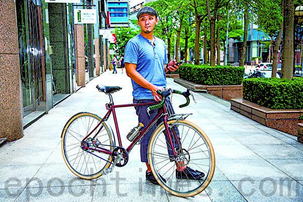 身着兼具美观与休闲运动功能上衣与八分裤的杨一帆,每天骑自行车。(庄孟翰/大纪元)