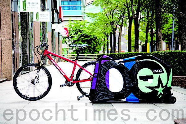 未拆卸前的自行车与EVOC自行车携行袋。(庄孟翰/大纪元)