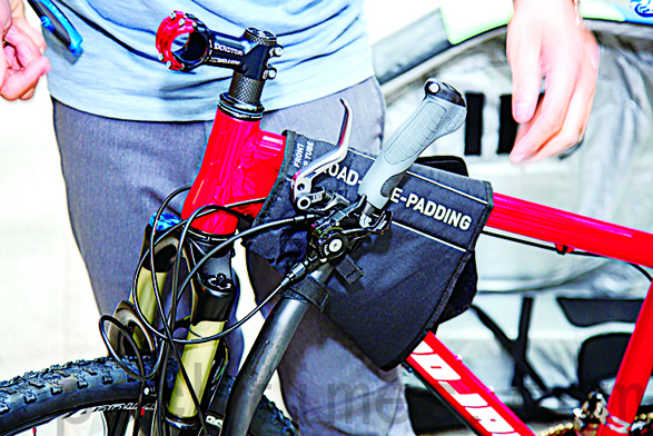 拆卸下来的自行车把手被固定在车架保护垫上。(庄孟翰/大纪元)