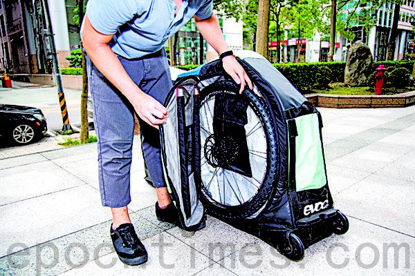 取下的车轮放置在独立的车轮空间, 即使29er也可容纳。(庄孟翰/大纪元)