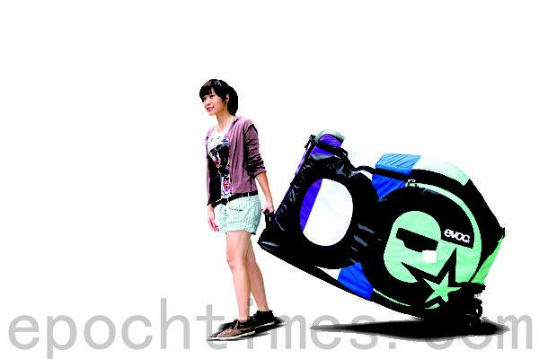 足够宽与非常耐用的底盘,滑块与大型的滑轮足以承受运输的任何状况,年轻女生也能轻易推行。(庄孟翰/大纪元)