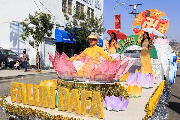 2013年10月20日,美国洛杉矶中国城,法轮功学员大游行。(摄影:李明/大纪元)