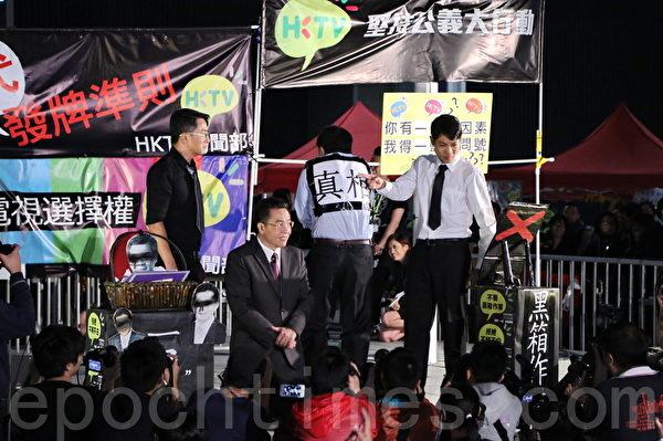 政总部上演一场港版《半泽直树》短剧,用幽默讽刺的方式向政府表达抗议,要求真相。(宋祥龙/大纪元)
