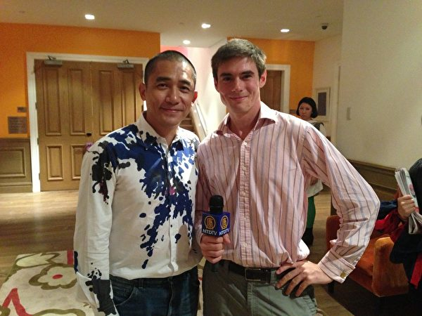 代表新唐人電視台記者採訪與影帝梁朝偉合影。(圖:新唐人電視台提供)
