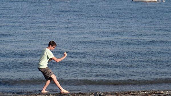 郝毅博独自在海边练习打拳。(图:郝毅博提供)