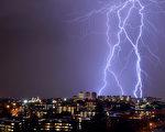 南非約翰尼斯堡上空的閃電。約翰尼斯堡是全球閃電最多的地方,每年有超過260人因遭到雷擊而喪生。(ALEXANDER JOE/AFP)