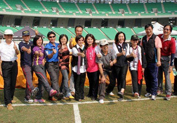 校园脚力王大赛,高雄市副市长刘世芳(左6)与体育处长陈武雄(右2)、多位市议员、各校校长临时组队,展开贵宾娱乐赛,为比赛揭开序幕。(高市府提供)