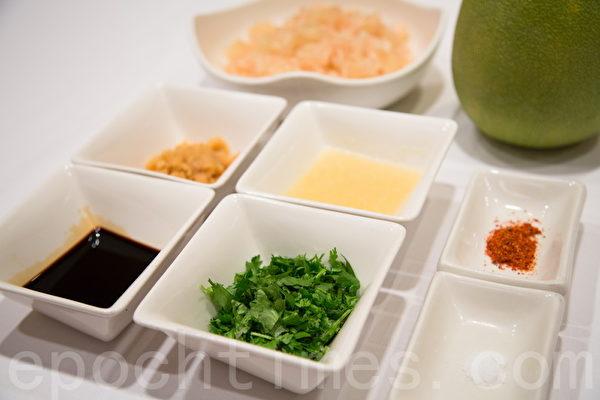 制作泰式柚子沙拉的材料。(庄孟翰/大纪元)