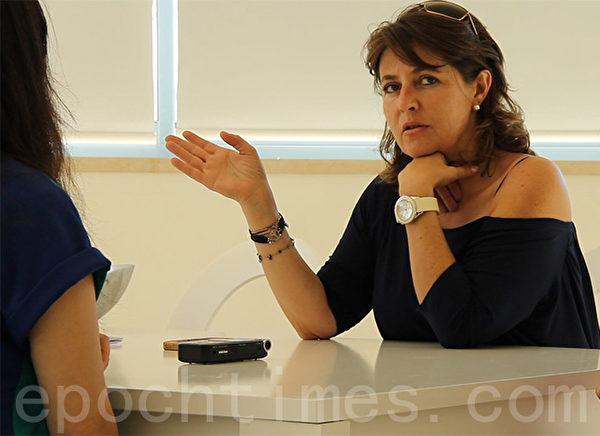 开发商ELSA女士在接受记者采访。已经有8位华人购买了她的公寓楼。(萧然/大纪元)