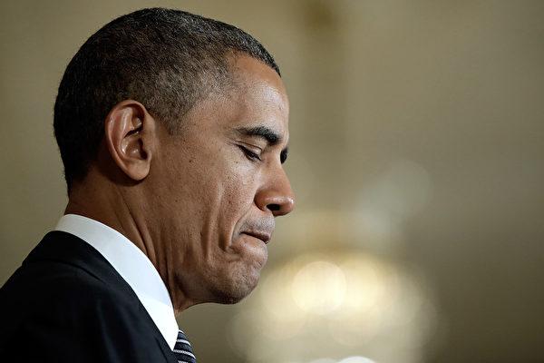目前,几十万的美国居民被保险公司通知,他们明年无法保留现有的医疗保险计划。这一告示与奥巴马总统的承诺相悖。 (Win McNamee/Getty Images)