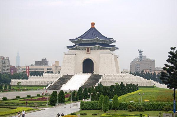 中正纪念堂是陆客来台必访之观光景点,里头的文物展示蒋公从领导八年抗战胜利到光复台湾、复行视事及保台卫国、建设台湾,各项史料珍稀丰富。 (摄影:王嘉益  / 大纪元)