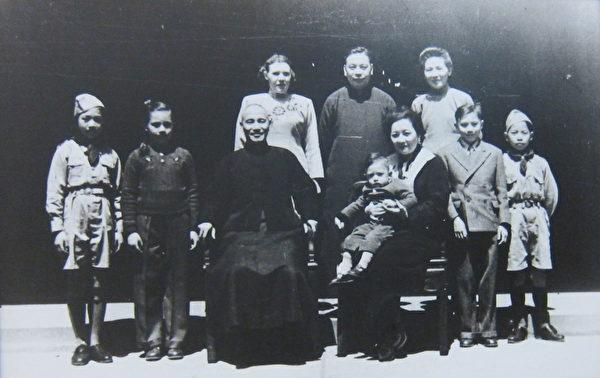 1947年4月2日,蒋公及夫人宋美龄与蒋经国家人在溪口家乡合影(中正纪念堂)。(摄影:钟元翻摄/大纪元)