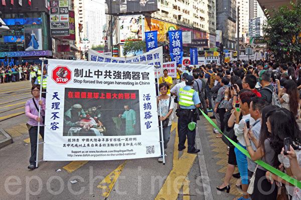 香港国殇日的游行队伍吸引大批中港人士驻足观看。(潘在殊/大纪元)
