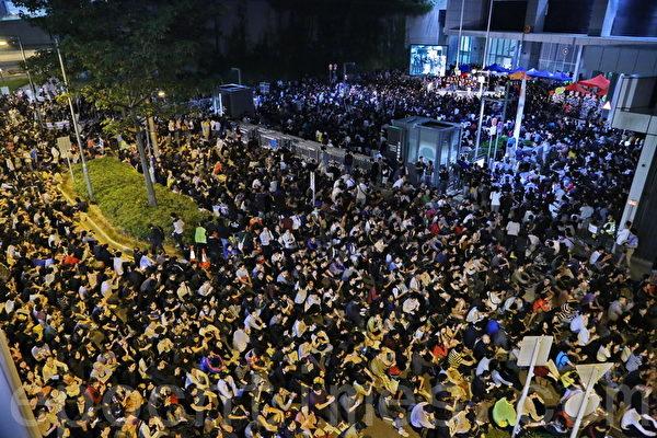 歷時六日六夜的香港電視風波,10月25日進入高潮,超過12萬港人逼爆政府總部,抗議梁振英,要求香港特首梁振英交代發牌真相,以及認錯下臺。(宋祥龍/大紀元)