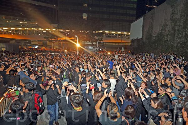 矛頭指向香港特首梁振英的電視風雲事件愈演愈烈,香港電視員工連續第六晚在政府總部外的公民廣場舉行最後一晚的包圍集會,大會公佈有超過10萬人參加,現場市民向梁振英當局怒吼「認錯」、「交代拒絕發牌黑幕真相」和「梁振英下台」。(潘在殊/大紀元)