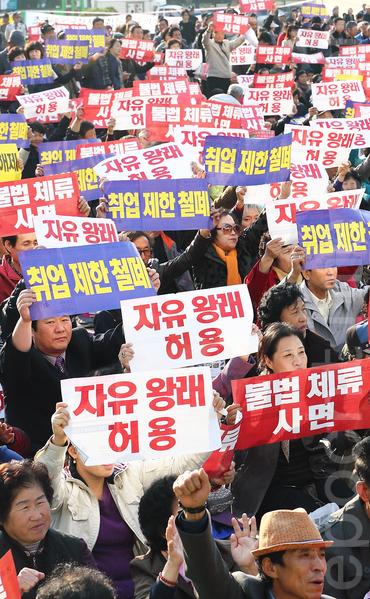 10月27日,1万余名朝鲜族同胞在首尔市厅广场举行大规模集会,参与集会的大多数是中国同胞。他们要求韩国政府给予自由往来、自由滞留、自由就业等方面的权力。(全宇/大纪元)