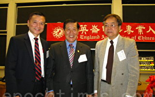 (右起)張系國教授和李昌鈺博士為上午場的主講人﹐(左一)為王申培教授。(攝影﹕馮文鸞/大紀元)