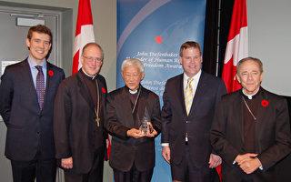 加拿大外交部長貝爾德(右二)和宗教自由大使本納德(左一)向香港榮休主教陳日君(中)頒發人權及自由獎,表彰他不懈地為中國人的人權與宗教自由努力。 (攝影:邱晨/大紀元)