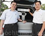 """南台科大教授许毅然(左)与中科院李大青博士,共同研发""""智慧型可携式太阳能追踪器"""",体积小、方便携带,可于偏远地区或作为紧急发电。(南台科大提供)"""